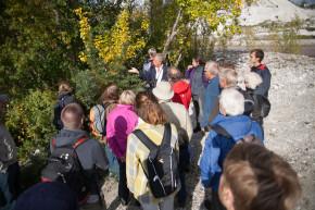 Gruppen fick smaka på Havtorn, som växer naturligt i kalkbrottet, men som på dispens röjs för att det inte ska fullständigt ta över.