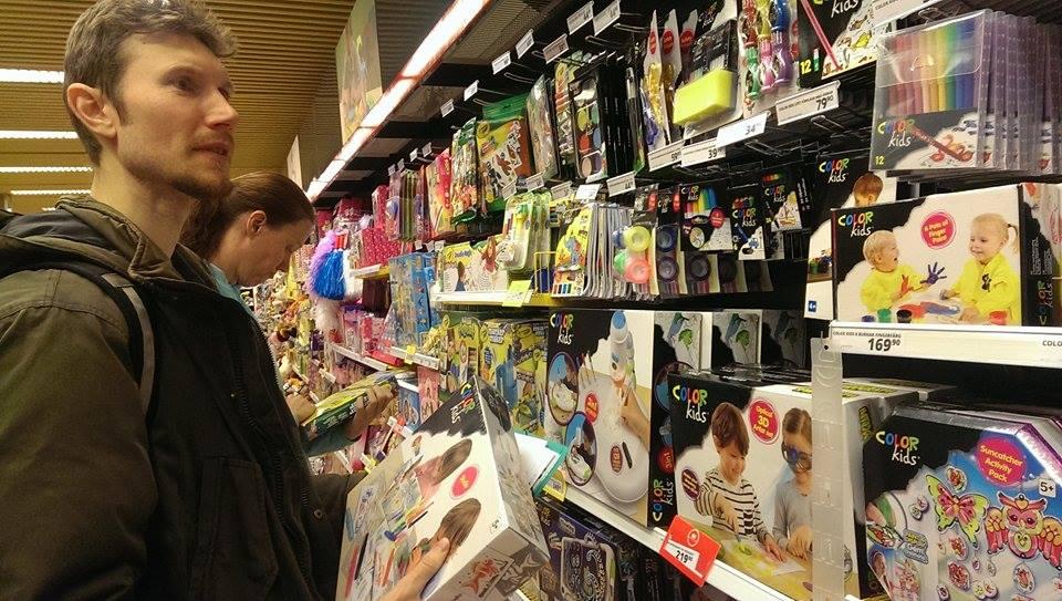 Kemikaliegruppen från Naturskyddsföreningen Malmö inventerar leksaksbutiker